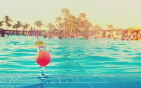 im Urlaub einen Cocktail trinken. Selektiver Fokus. Natur