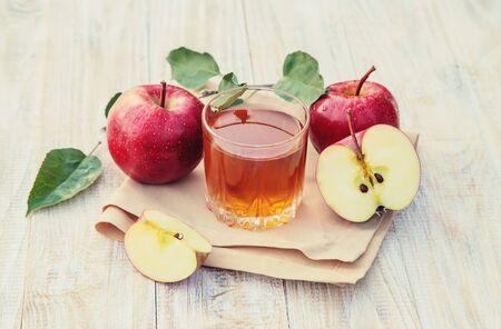 Jus de pomme dans un verre. Mise au point sélective. la nature. Banque d'images