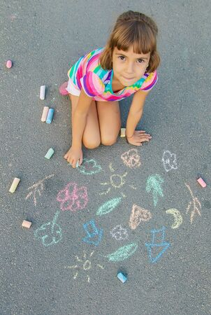 Children's drawings on the asphalt with chalk. Selective focus. nature. Banque d'images - 130539238