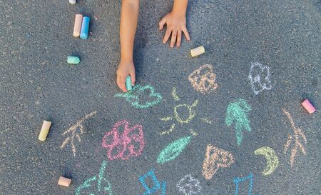 Children's drawings on the asphalt with chalk. Selective focus. nature. Banque d'images - 130539239