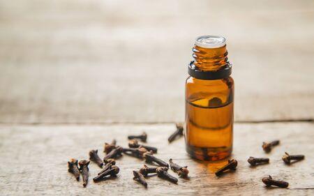 Huile essentielle de clou de girofle dans une petite bouteille. Mise au point sélective. la nature.