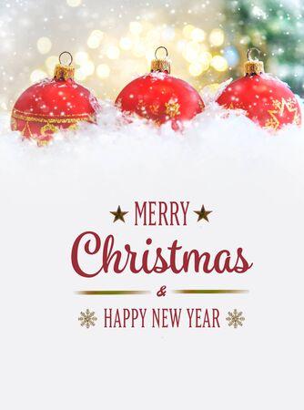 Frohe Weihnachten und ein glückliches neues Jahr, Feiertagsgrußkarte mit unscharfem Bokeh-Hintergrund.