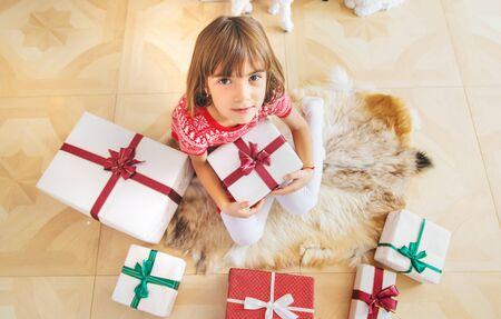 Kinderen in de buurt van de kerstboom. Selectieve aandacht. Stockfoto