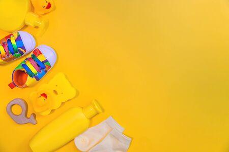 Zubehör für Neugeborene auf gelbem Grund. Selektiver Fokus. Baby. Standard-Bild