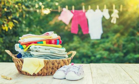 washing baby clothes. Linen dries in the fresh air. Selective focus. nature. Banque d'images
