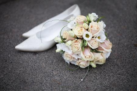 Arrière-plan de mariage du bouquet et pont de chaussures blanches