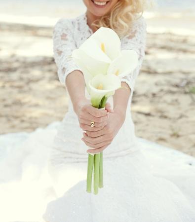 Weiß Brautstrauß von Calla-Lilien in den Händen der Braut