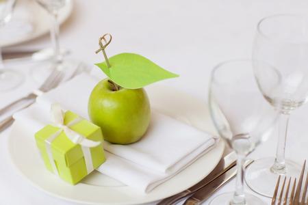 cérémonie mariage: table de mariage décoré dans le restaurant