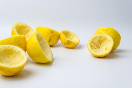 Écorces de citron pressées après avoir fait un jus frais sur fond blanc