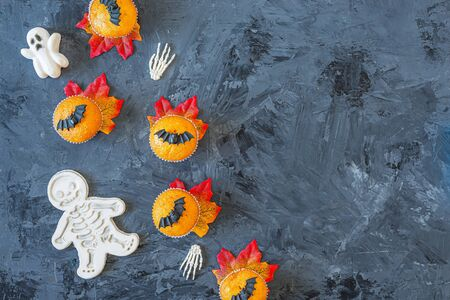 Halloween pumpkin cupcakes served on black background, top view, flat lay with copy space Banco de Imagens