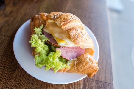 콧노래와 치즈 샐러드와 크루 아 상 샌드위치. 빠른 스낵 식품 스톡 콘텐츠