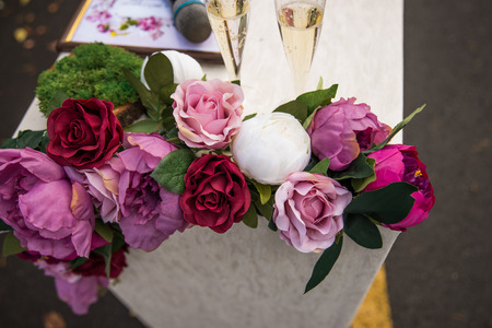 Roses and peonies close-up on the table for the wedding ceremony 版權商用圖片 - 98402580