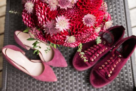 Red bridal bouquet from dahlias in focus. Wedding floristic 版權商用圖片 - 98416081