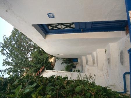 White house with a blue door. Greece. 版權商用圖片