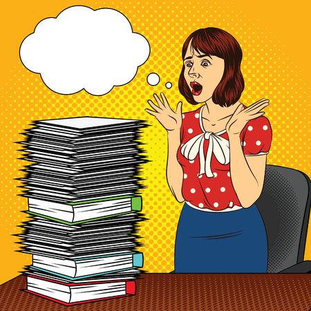 Colore vettore pop art stile fumetto illustrazione di una ragazza in ufficio. La ragazza alla scrivania. Donna occupata che fa lavoro d'ufficio. Operaio con molti documenti sul tavolo. Il volto stressato delle donne Vettoriali