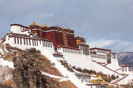 Ein Blick aus dem Jahr 2019 auf den Potala-Palast in Lhasa, Tibet