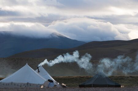 A nomad camp on the shore of lake Manasarovar, western Tibet, China 스톡 콘텐츠
