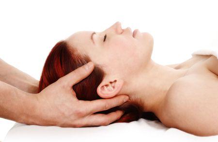 neck�: Mujer obtener un masaje de la cabeza y el hombro sobre fondo blanco