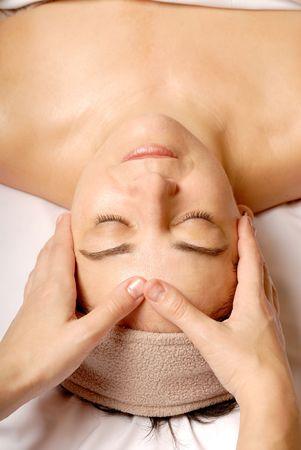 얼굴 표정: woman getting a facial at a spa