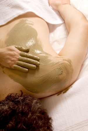 algaes: man getting a mud wrap by a therapist