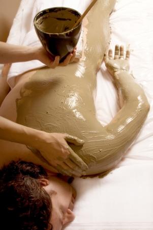 wraps: Hombre conseguir un cuerpo completo de barro de recapitulaci�n  Foto de archivo