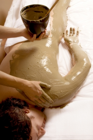 algaes: man getting a Full body mud wrap