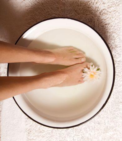 indulgere: piedi a bagno termale al giorno in una ciotola  Archivio Fotografico