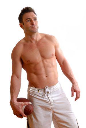 seins nus: l'homme aux seins nus avec un ballon de football dans sa main Banque d'images