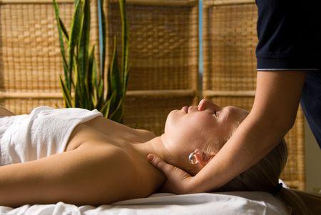 massaggio collo: donna in un giorno spa ottenere un massaggio al collo