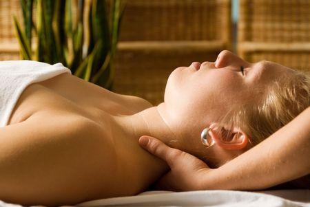 massaggio collo: Donna in un giorno spa ottenere un massaggio al collo da terapeuta