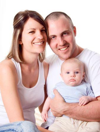 papa y mama: El pap� y la mam� y el reci�n nacido beb� sentado en la cama