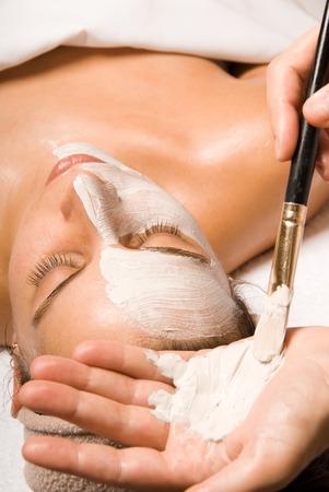 얼굴 표정: woman relaxing with a nice facial massage