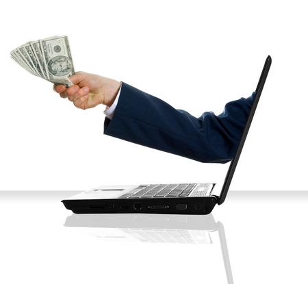 transaction: een hand te geven wat geld uit een laptop Stockfoto