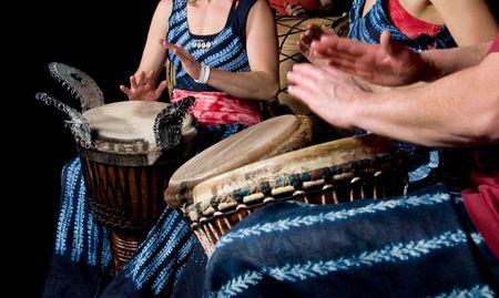 reggae: trois musiciens jouer la batterie dans un studio Banque d'images