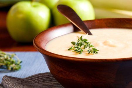 Apple en Leek Soup op een rustieke tafel