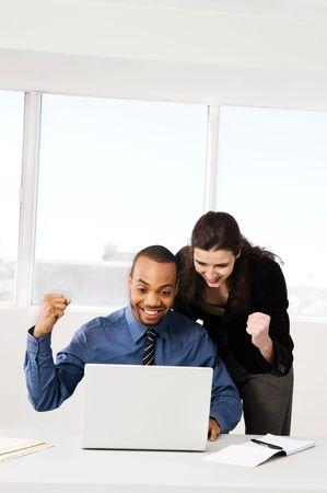 hombres y mujeres de negocios asociados a una ventana de oficina  Foto de archivo - 2778436