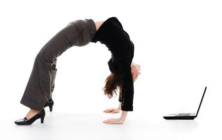 arching: mujer de negocios arqueo su espalda en blanco