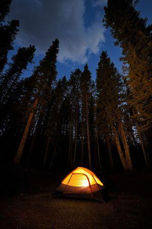 Abend beleuchtet Zelt Camping in der Natur Standard-Bild - 3329674