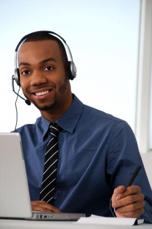 recepcionista: Servicio de Atenci�n al Cliente agente en una oficina con computadora port�til