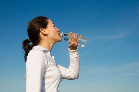 Drinking Woman mit einem blauen Himmel außerhalb Standard-Bild - 3671590