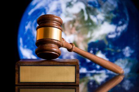 arbitrar: Martillo de madera de justicia y con el bloque de lat�n