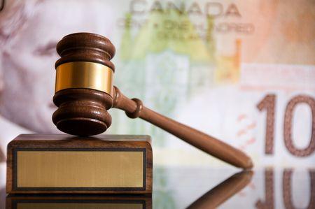 Hölzerne Gerechtigkeit Hammer und Block mit Messing Standard-Bild - 3764489