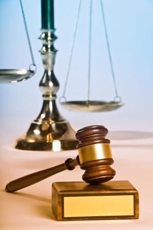 Hölzerne Gerechtigkeit Hammer und Block mit Messing Standard-Bild - 3802631
