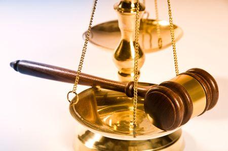 balanza justicia: Martillo de madera de justicia y con el bloque de lat�n