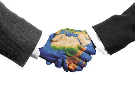 Zwei Hände schütteln auf einem weißen Hintergrund mit einer Weltkarte Standard-Bild - 3881363