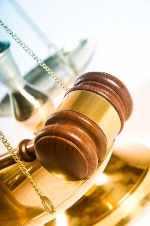 木製正義小槌と真鍮のブロック