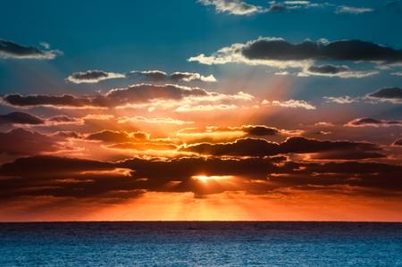 Schöne Sonnenaufgang mit einem bunten Himmel und Wolken Standard-Bild - 4451563