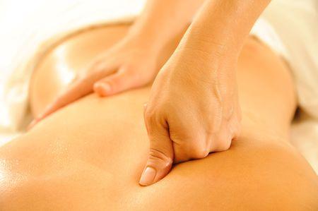 masoterapia: Hermosa mujer en un spa con la terapia de masaje