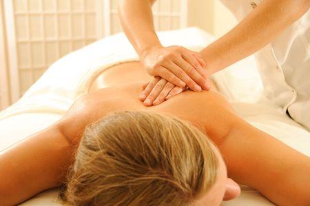 Schöne Frau in ein Spa mit Massage-Therapie Standard-Bild - 6359057