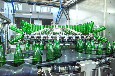water green bottling plant. Industrial conveyor of mineral water. process equipment Foto de archivo
